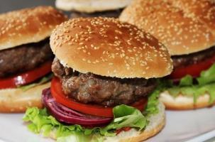В Думе хотят уравнять гамбургер с водкой